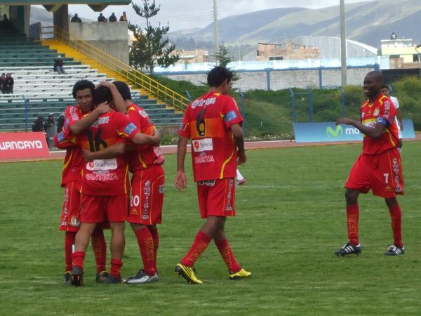 ABRAZO MERECIDO. Írven Ávila es abrazado por sus compañeros tras anotar el segundo gol de Sport Huancayo, que significó el cierre del partido y el segundo triunfo consecutivo de Sport Huancayo. (Foto: diario Primcia de Huancayo)