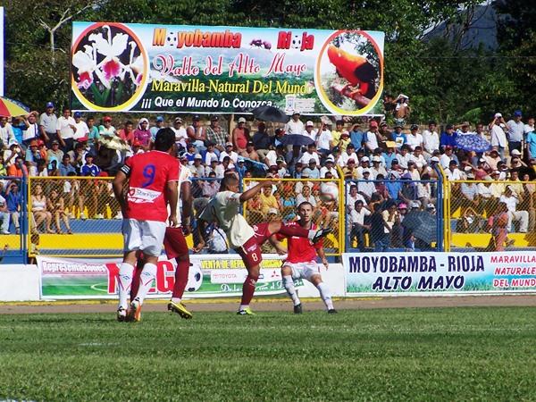 SACA EL PELIGRO. Renato Zapata fue empeñoso, pero no estuvo acertado con el balón en los pies. El lateral izquierdo no tuvo una buena tarde. (Foto: Revista Goool de Oro)