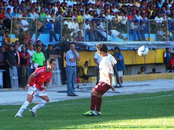 NO LA VIO. Jean Ferrari no pudo contener a Guillermo Hoyos. Terminó cediendo ante el argentina, quien marcó dos golazos de media distancia. (Foto: Revista Goool de Oro)
