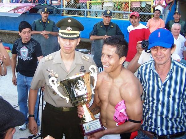 EL CONDECORADO. Roberto Merino sigue causando furor en San Martín. Esta vez, pese a que no tuvo una actuación descollante, Moyobamba se rindió a sus pies. (Foto: revista Goool de Oro de Tarapoto)