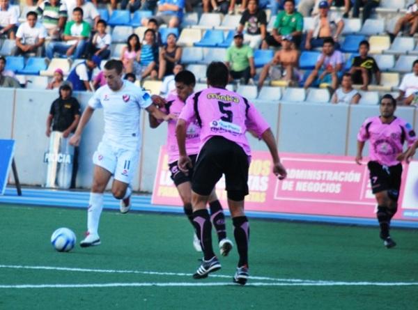 NO CREE EN NADIE. La defensa rosada tuvo que utilizar más de un elemento para quitarle el balón a Pizarro. El joven volante del CNI vivió un partido aparte. (Foto: Fernando Herrera / DeChalaca.com)