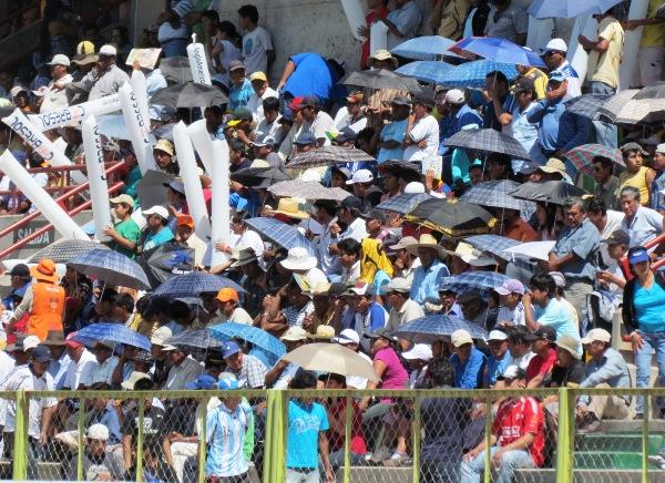 BAILANDO BAJO EL SOL. En Moquegua, el público que se hizo presente en el estadio 25 de noviembre no dudó en llevar una sombrilla para protegerse el fuerte sol. (Foto: Roice Zeballos)