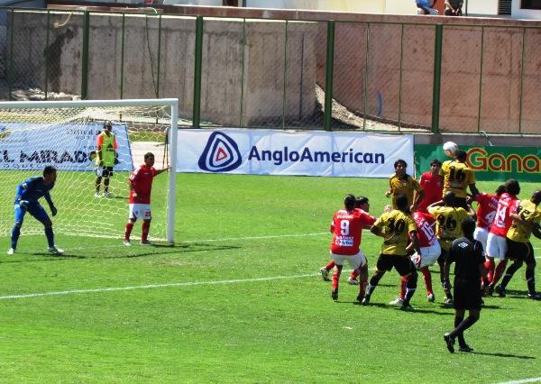 UNA MÁS. Mina intenta inquietar a Noriega con un fuerte cabezazo tras la ejecución de un tiro de esquina. No obstante, el colombiano tuvo poca fortuna de cara al gol. (Foto: Roice Zeballos)