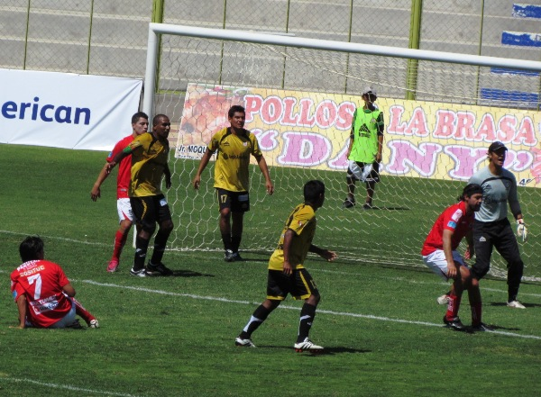 COMO EN SU CASA. Ibarra volvió a demostrar que es un delantero temible en el área rival. A pesar de no marcar el 'Checho' cumplió un aceptable cotejo. (Foto: Roice Zeballos)
