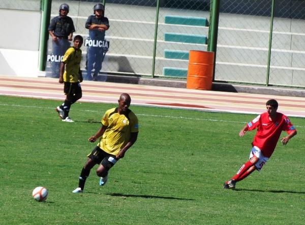 EL BALÓN NO ES SU AMIGO. Caicedo estuvo desastroso en la definición. El colombiano se comió varios goles cantados durante los minutos que estuvo en la cancha. (Foto: Roice Zeballos)