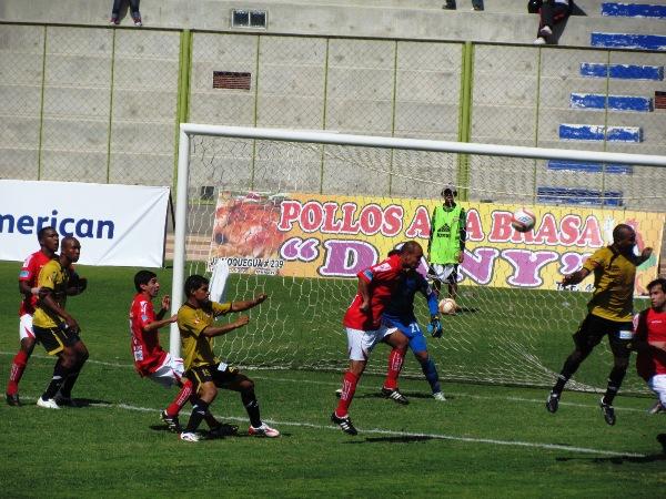 NO ALCANZÓ LA EXPERIENCIA. A falta de delanteros con gol, el 'Goyo' Bernales se animó a sumarse al ataque en los balones detenidos. Sin embargo, el experimentado volante no pudo romper el 0-0. (Foto: Roice Zeballos)