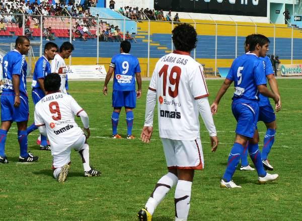 ENCUENTRE LAS SIETE DIFERENCIAS. El parecido entre Lozada y Osorio ocasionó más de un problema en la defensa de Unión Comercio. No obstante, las diferencias futbolísticas entre ambos futbolistas fueron notorias. (Foto: Ciro Madueño)