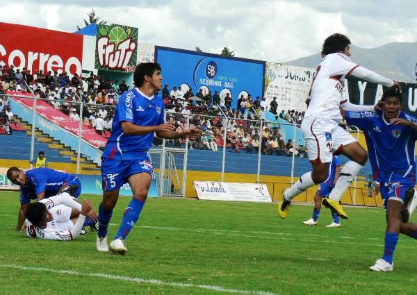 NO LO ATRAPAN. Osorio logra salir de la marca de los defensores de Unión Comercio y se presta a cabecear un balón dentro del área. (Foto: Ciro Madueño)