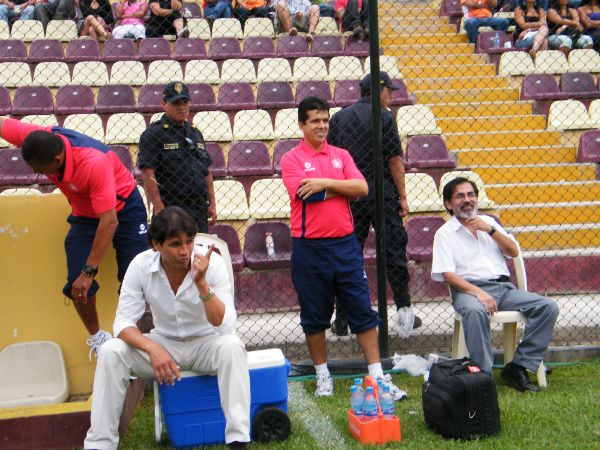 NO NECESITA IR AL SPA. Franco Navarra lució muy tranquilo antes del encuentro ante Sport Huancayo. El 'Pepón' parecía intuir el triunfo de su equipo. (Foto: Jesús Suárez / DeChalaca.com)