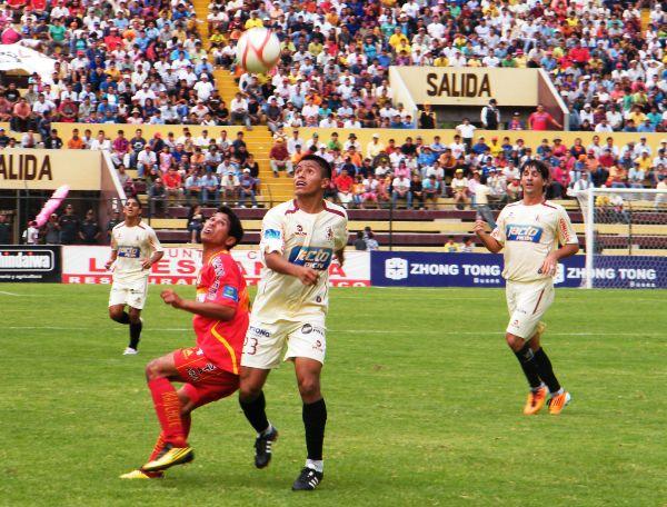 ENAMORADO DEL BALÓN. Peñita fue uno de los más regulares del León a lo largo de los noventa minutos debido a su orden táctico, tanto en defensa como en ataque. (Foto: Jesús Suárez / DeChalaca.com)
