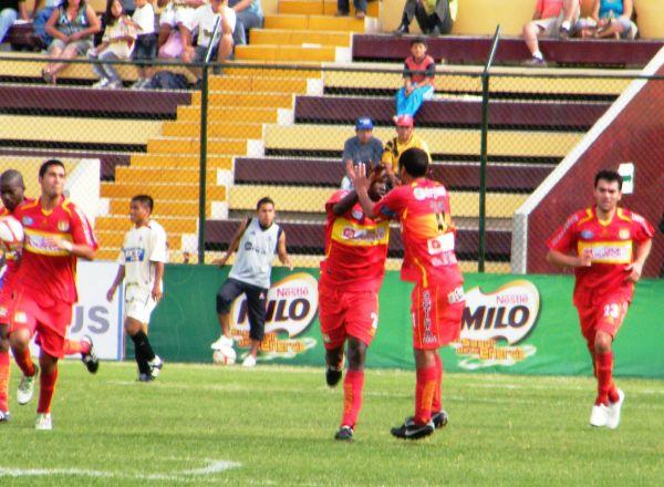 AL MENOS DA AL CARA. Figueroa festeja con displecencia su tanto, el cual le permitió a Sport Huancayo conseguir el descuento ante León. (Foto: Jesús Suárez / DeChalaca.com)