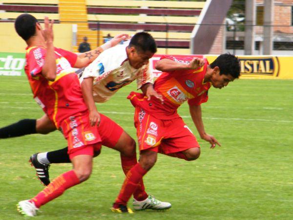SE METE COMO SEA. Peña intentó desafiar las leyes de la física al momento de pasar a los defensores de Sport Huancayo. (Foto: Jesús Suárez / DeChalaca.com)