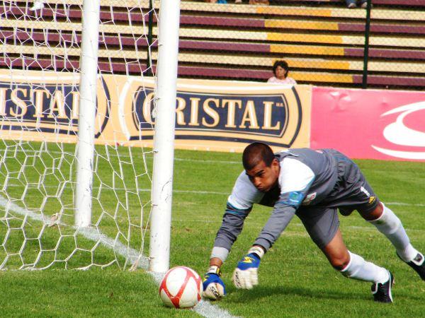 MANOJO DE NERVIOS. Giuria se mostró muy nervioso ante León. El golero suplente del 'Matador' cumplió un flojo cotejo. (Foto: Jesús Suárez / DeChalaca.com)