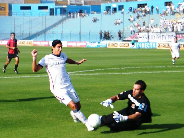 PÁSENLE EL HUEVO. Alemanno pareciera asustarse ante la posibilidad de marcar un gol.  Ante Melgar no fue la excepción. (Foto: José Sancedo / DeChalaca.com)