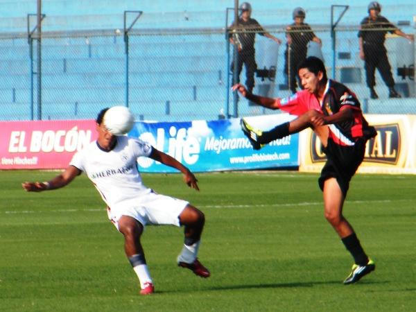 ES IMPOSIBLE RECONOCERLOS. Ante Melgar, San Martín volvió a exhibir un fútbol desprolijo. (Foto: José Sancedo / DeChalaca.com)