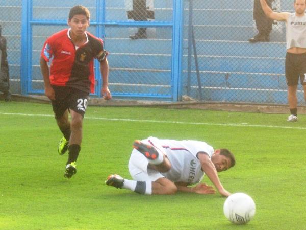 CUY CHACTADO. Sánchez sufrió la pierna fuerte de los jugadores de Melgar, quienes no tuvieron reparos en infraccionar al volante santo. (Foto: José Sancedo / DeChalaca.com)