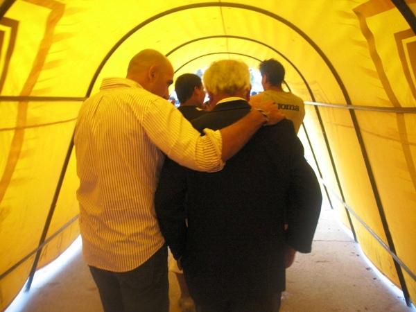 ¿A DÓNDE VAN? Techera salió abrazado del 'Maño' Ruiz al final del cotejo. Ambos técnicos pasan horas difíciles al mando de sus equipos. (Foto: José Sancedo / DeChalaca.com)