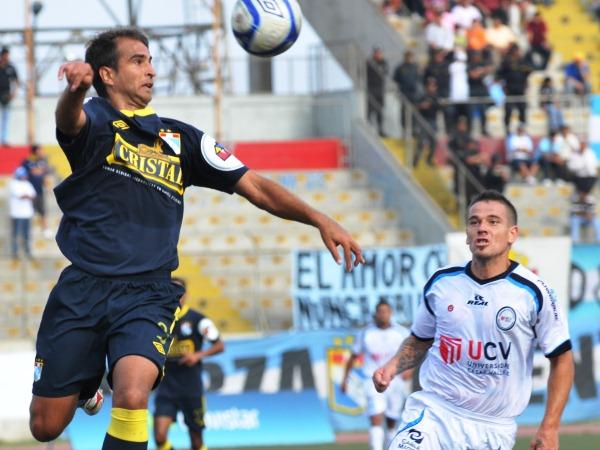 CAE BIEN. Germán Rivera tuvo una aceptable performance en el Mansiche. El argentino no desentona en la defensa de Cristal y se puede ganar un puesto fijo en el once de Reynoso. (Foto: La Industria de Trujillo)