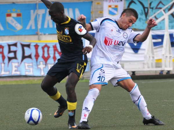 BALÓN NO ES. Mario Leguizamón va a la marca de Advíncula y comoete falta. El uruguayo estuvo mejor de cara al ataque. (Foto: La Industria de Trujillo)