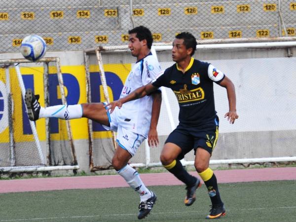 LEJOS DEL GOL. Víctor Rossel pelea el balón con Yoshimar Yotún lejos del área. Uno de los goleadores del torneo no tuvo muchas ocasiones para estirar su racha goleadora. (Foto: La Industria de Trujillo)