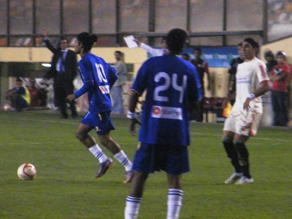 CAMBIÓ POCO. Marvin Ríos le quita el balón a Pablo Vitti, pero por medio de una falta. El '10' del equipo de Roque Alfaro, no entró bien en el segundo tiempo. (Foto: José Salcedo / DeChalaca.com)
