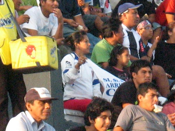 LA INFILTRADA. Una sola hincha de CNI se presentó en Matute. La entusiasta mujer estuvo muy escondido en la tribuna norte del estadio aliancista. (Foto: José Salcedo / DeChalaca.com)