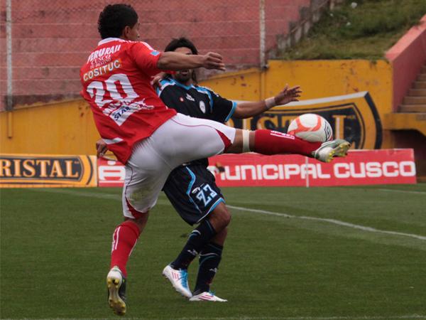 LUCHA IMPERIAL. Cristian Guevara trata de sacar el balón ante la inminente marca de Jorge Cazulo. En el encuentro, el volante uruguayo estuvo mejor parado que el ex Sport Boys. (Foto: diario El Sol de Cusco)