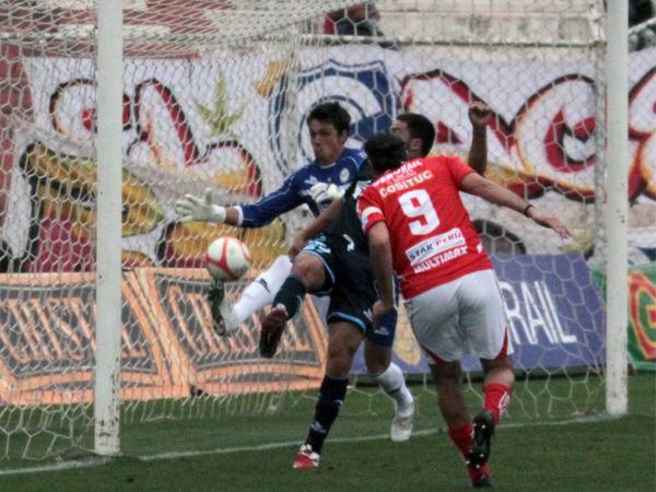 EL MOMENTO. Sergio Ibarra logra añadir el balón dentro del arco de Ferreyra, a pesar de la marca de Atilio Muente. (Foto: diario El Sol de Cusco)
