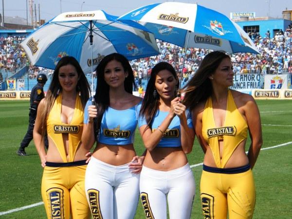 LO MEJOR DE UNA HORRIBLE TARDE. Las anfitrionas en el San Martín fueron lo más lindo de una tarde que dejó mucho que desear.. (Foto: Wágner Quiroz / DeChalaca.com)