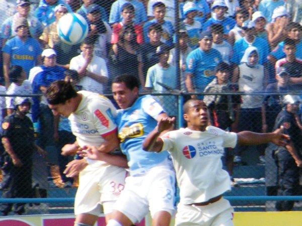 RASCANDO DE LA OLLA. Pablo Vitti buscó socios, pero no los encontró. Además, sufrió la marca dura y recia del argentino Alejandro Frezzotti. (Foto: Wágner Quiroz / DeChalaca.com)