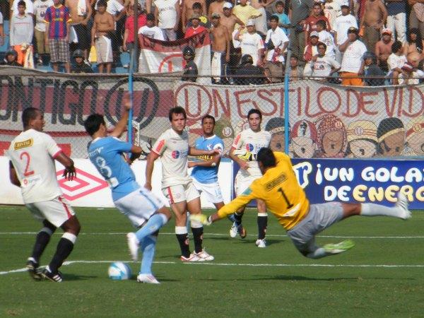 MANO A MANO. Manuel Garay pitó el primer tiempo y ninguno abrió la cuenta. Cristal tuvo el balón y estuvo más cerca del gol, pero faltó precisión. (Foto: Wágner Quiroz / DeChalaca.com)