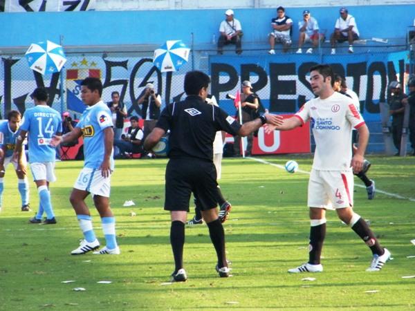 NO LA TOCO Y ME VOY. Miguel Ximénez sigue de espaldas al gol cuando enfrenta a la 'U'. Sólo tuvo una actuación regular y dejó su lugar a Andy Pando. (Foto: Wágner Quiroz / DeChalaca.com)