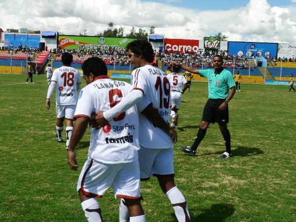 COMO LOS GRANDES. José Corcuera y Jorge Lozada celebran el tanto del 'Chato' que no está muy familiarizado con el gol, pero en esta ocasión abrió el marcador. (Foto: Ciro Madueño)