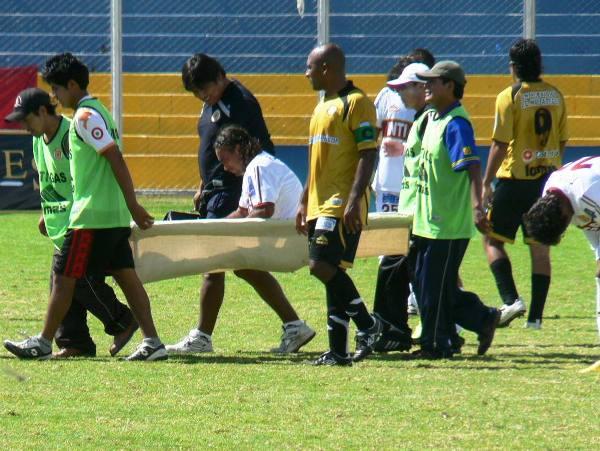CHINO SALADO. Carlos Ibarra tuvo que abandonar el campo a los 25' por una lesión. Anderson Santamaría lo reemplazó. (Foto: Ciro Madueño)