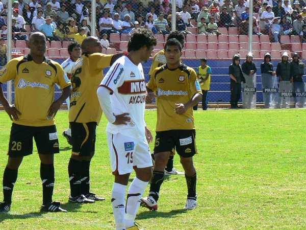 BIEN RESGUARDADO. Jorge Lozada es marcado por hasta tres jugadores de Cobresol. Al final, quien decidió ir con el delantero gasífero fue Héctor Rojas. (Foto: Ciro Madueño)
