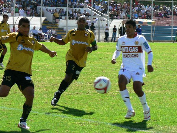 PAR DE 'H'. El colombiano Humberto Osorio y Héctor Rojas luchan el balón en el área moqueguana. El jugador 'cafetero' anotaría el segundo de la tarde. (Foto: Ciro Madueño)