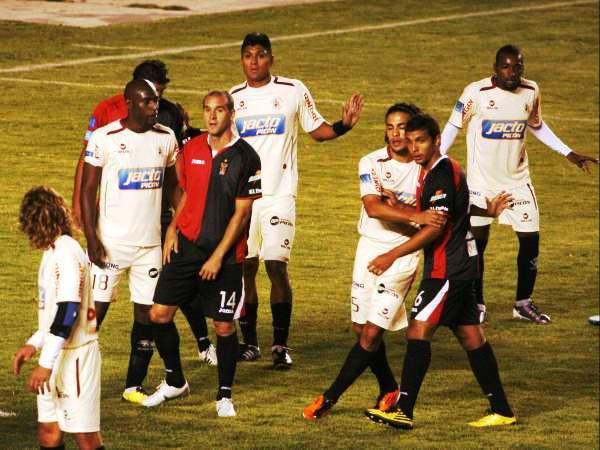 SE FORMAN LAS PAREJAS. Las perotas paradas abundaron en el partido. En esta ocasión, Espinoza va con Barros, Cambindo con Díaz y Cardoza con Rivero. (Foto: Diario La Voz de Arequipa)