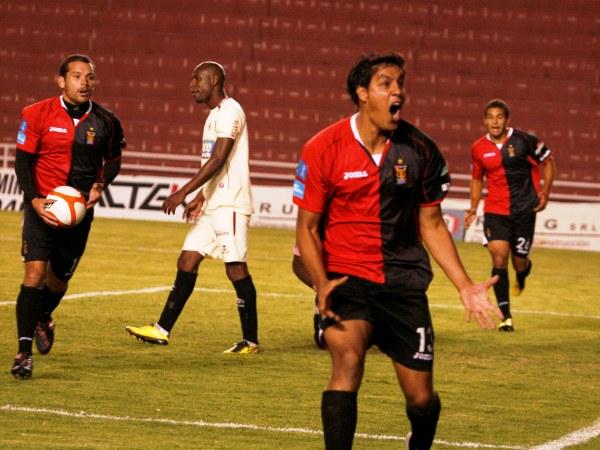 LEÓN EN EL MISTI. Leonardo Rivero volvió a marcar en el torneo. El uruguayo lo celebra con euforia, pues con este resultado Melgar ssale de zona de decenso.  (Foto: Diario La Voz de Arequipa)