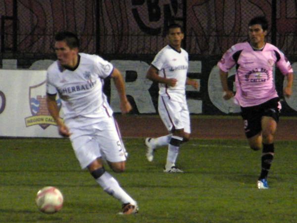 UN CHINO BUENO. Orlando Contreras fue de lo mejor en San Martín. El defensa estuvo correcto en la marca y salía con claridad con el balón. (Foto: Wagner Quiroz / DeChalaca.com)