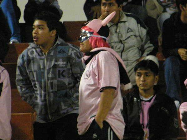 EL ESTRAFALARIO. Un hincha de Sport Boys enmascarado que imponía gracia y curiosidad en la tribuna. El fútbol es un fiesta. (Foto: Wagner Quiroz / DeChalaca.com)