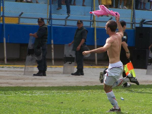 COMO DEBE SER. Horacio Calcaterra anota y corre a celebrar junto a la hinchada. El argentino es uno de los más queridos para el hincha de Unión Comercio. (Foto: revista Goool de Oro)