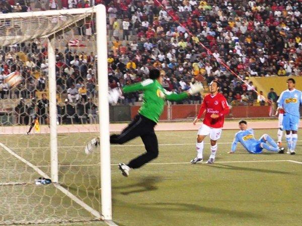 PANAGOL. Cristal jugaba con dos hombres menos y el gol de Aurich parecía inminente. Así, Luis Tejada puso el segundo de cabeza y le dio la victoria al 'Ciclón'. (Foto: La Industria de Chiclayo)