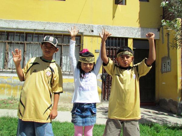 LA CASA DORADA. Tres niños hinchas de Cobresol posan para la cámara. En Moquegua nadie se pierde los partido de Cobresol. (Foto: Roice Zeballos)