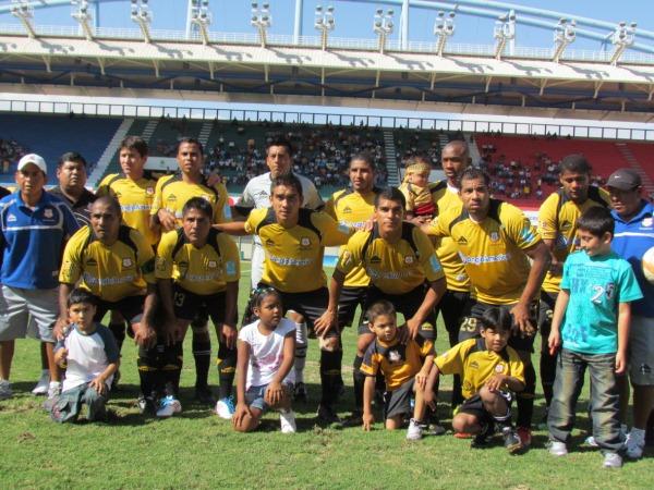 SALIÓ EL SOL. Estos fueron los once jugadores que salieron al campo y consiguieron el primer triunfo como local del elenco dorado. (Foto: Roice Zeballos)