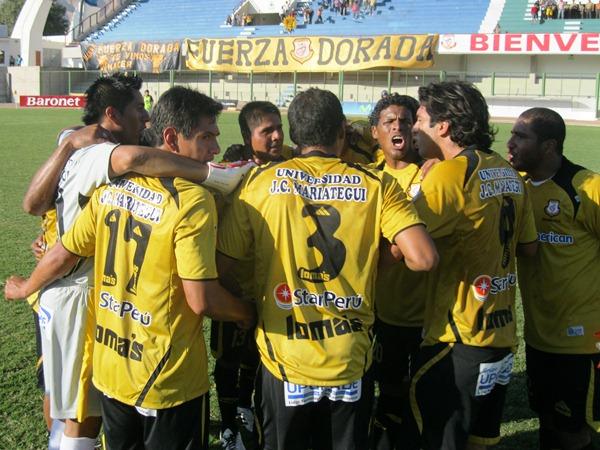 ARENGA CON FUERZA. Los jugadores locales se reunen en el centro del campo para dar la arenga final. El 'Karioka' tomó la palabra primero. (Foto: Roice Zeballos)