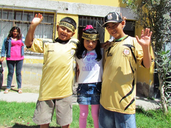 LOS HINCHAS. Estos pequeños demostraron que son fanáticos de Cobresol. De igual modo, demostraron que el fútbol es sinónimo de alegría y amistad. (Foto: Roice Zevallos)