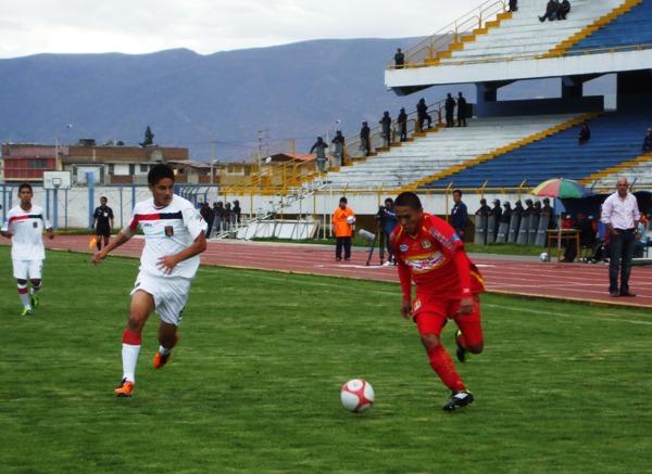 NO LO AGARRARON DE CHOLITO. Sotil no se cansó de encarar hacia el área de Carvallo. Arismendi no pudo controlar al pícaro volante del Sport Huancayo y su equipo lo pagó caro. (Foto: diario Primicia de Huancayo)