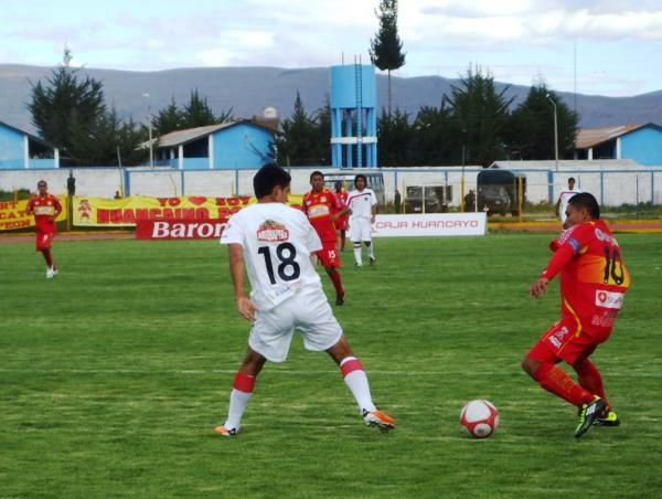 HACE JUEGUITOS CON EL BALÓN. Ante la pasividad en la marca de Arismendi, Sotil se pudo dar el lujo de exhibir algunos trucos con el balón. (Foto: diario Primicia de Huancayo)