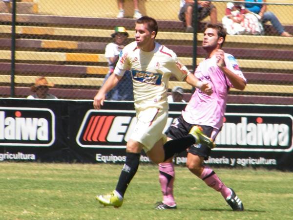 SE LA TIENE JURADA. Leiva fue una pesadilla para los rosados. El atacante del León anotó su sexto tanto frente al equipo del puerto. (Foto: Jesús Suárez / DeChalaca.com)