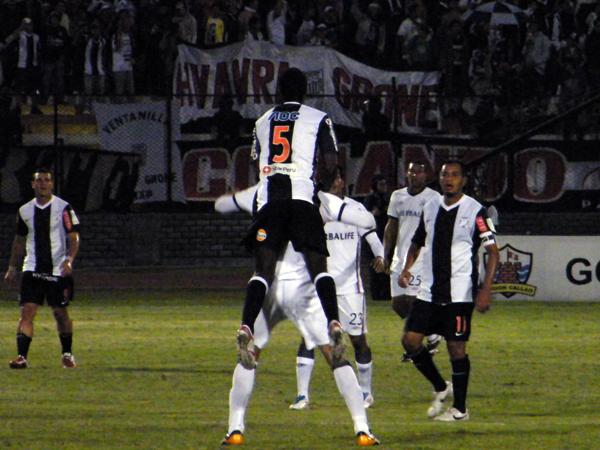 POR ENCIMA PARA LA FOTO. Porque Ramos estuvo por debajo de su nivel, como últimamente, el resto del partido. (Foto: Wagner Quiroz / DeChalaca.com)